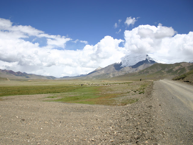 road after Yamdrok Lake